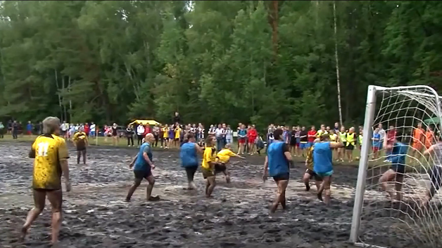 Грязь, мяч и адреналин: на празднике моря под Гродно сыграли в болотный футбол