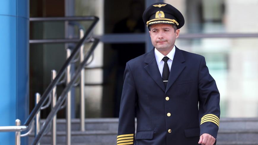 Командир севшего в кукурузном поле самолета Дамир Юсупов возвращается к работе