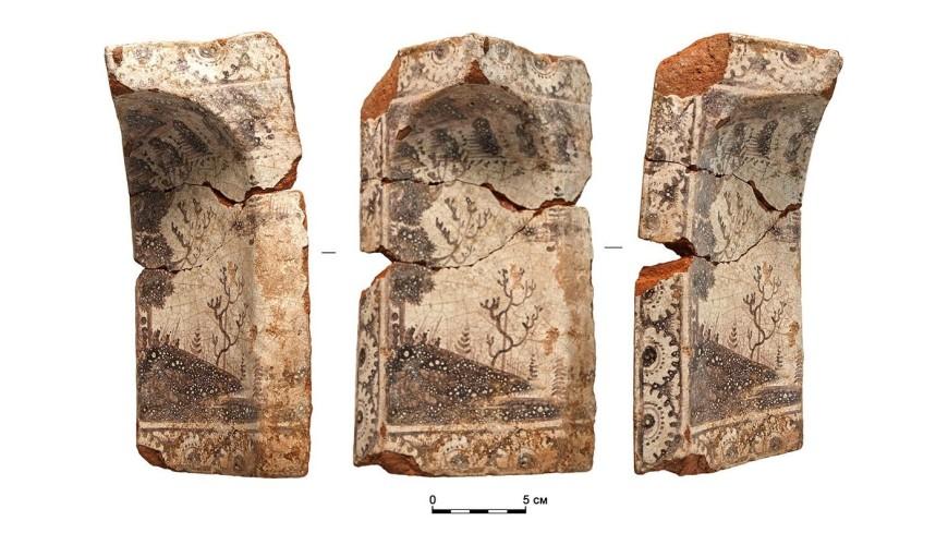 В центре Москвы археологи обнаружили фрагменты печных изразцов XVIII века