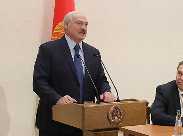 Лукашенко поручил обеспечить жильем врачей и соцработников