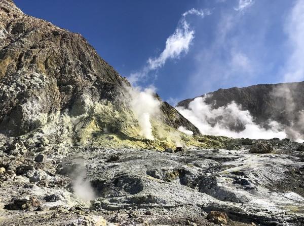 Извержение вулкана в Новой Зеландии: один человек погиб, 23 пострадавших
