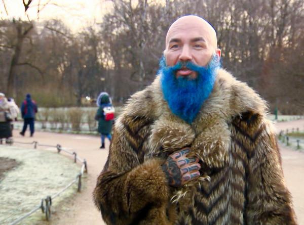 Как в сказке: житель Петербурга с синей бородой удивляет окружающих