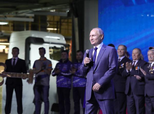 Путин сравнил завод «КамАЗ» с восставшим Фениксом