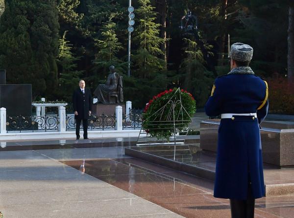 Ильхам и Мехрибан Алиевы возложили венок к могиле Гейдара Алиева