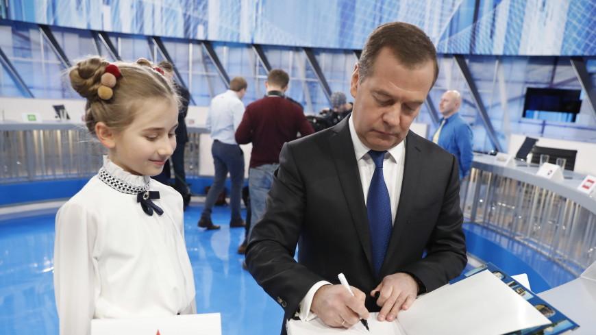 Медведев подарил юной журналистке телеканала фотоальбом