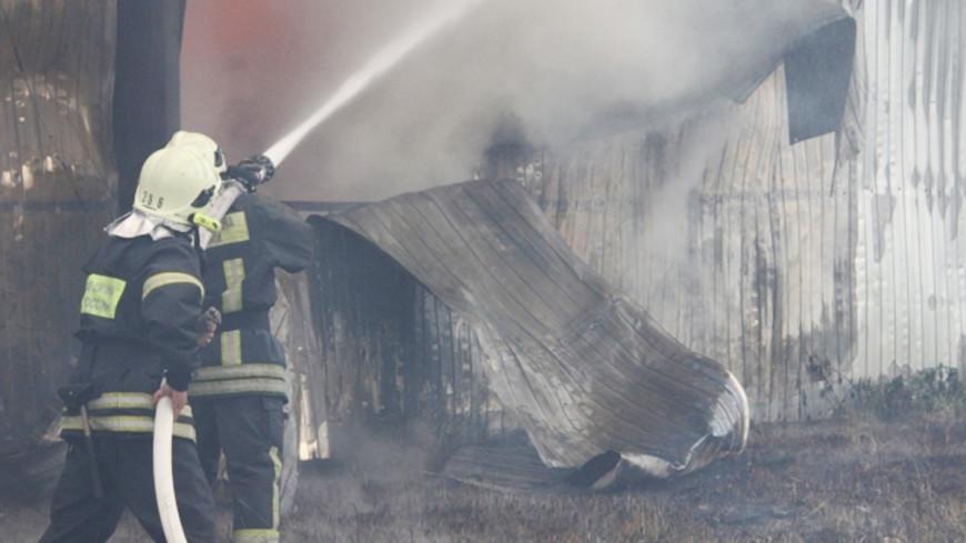 При пожаре на уральском заводе стали взрываться бочки с краской