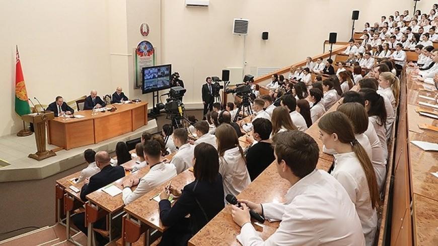 Лукашенко призвал студентов-медиков не «смоктать папироску»