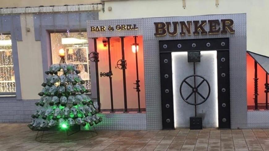 В Рязани при входе в бар поставили елку из противогазов