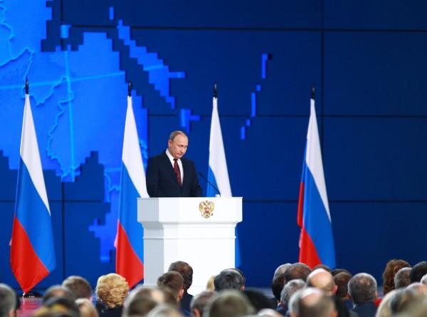 Путин предложил шире применять электронные визы для туристов