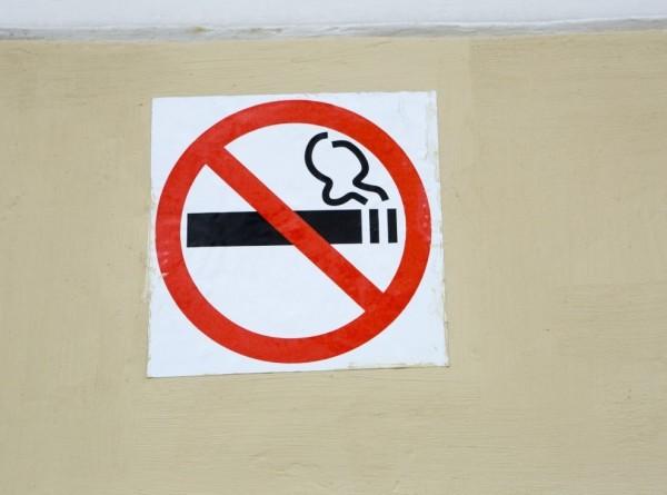 Курение признали опасным для зрения