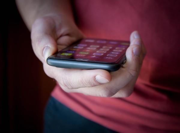 Samsung выпустила гнущийся смартфон