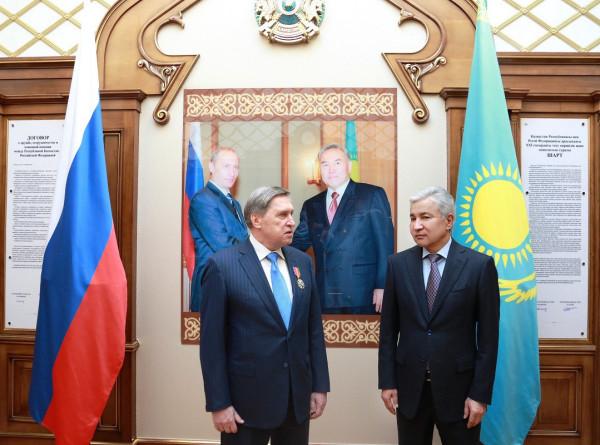 Помощник президента России Юрий Ушаков получил казахстанский орден Дружбы