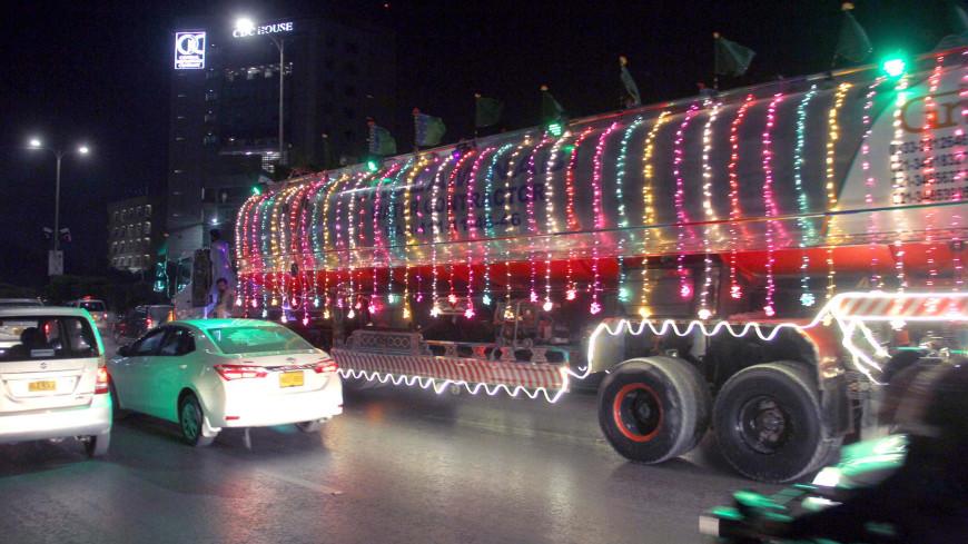 В Пакистане водители тратят большие суммы на украшение своих грузовиков