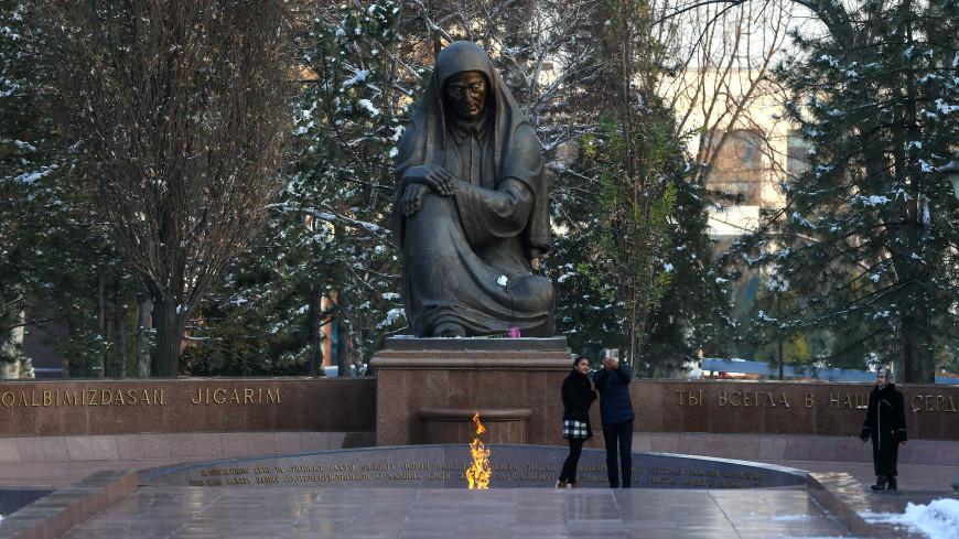 В Ташкенте возложили цветы к Вечному огню