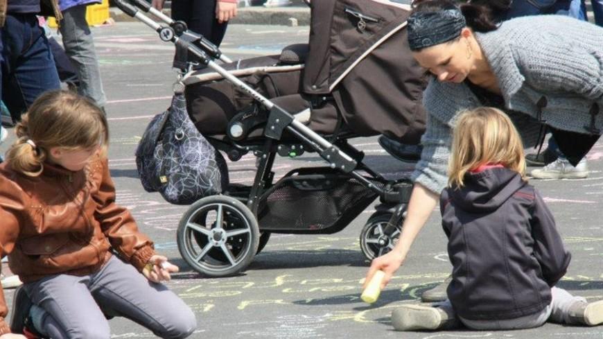 Дети рисуют на асфальте, счастливое детство, дети, детство