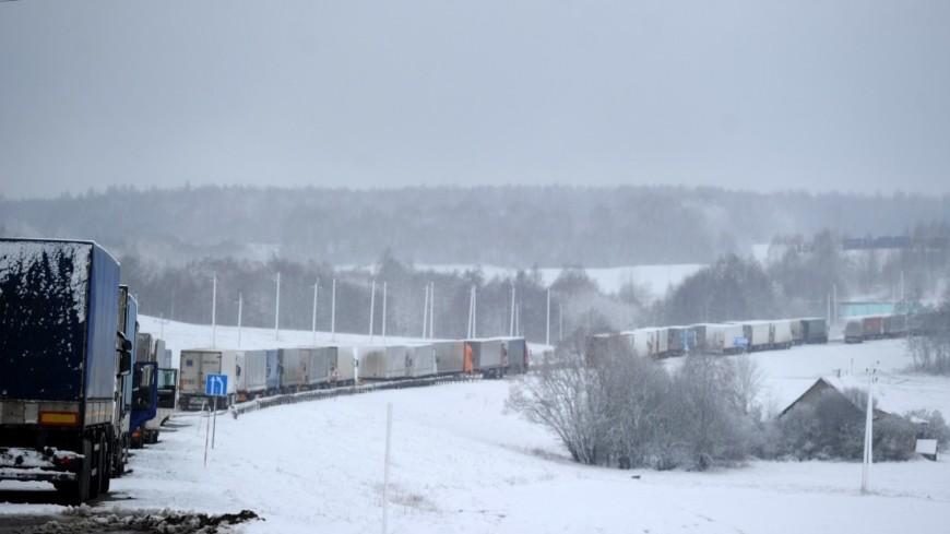 """Фото: Виталий Залесский, """"«МИР 24»"""":http://mir24.tv/, зима, фуры, грузовики, дорога"""