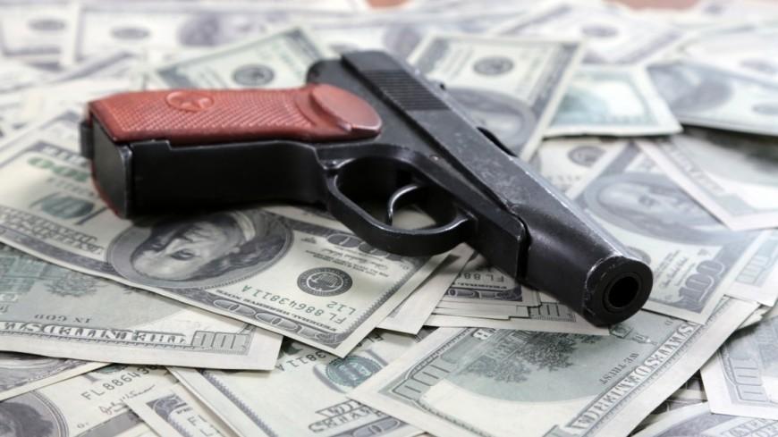 Незадачливый грабитель поскользнулся и выронил деньги перед полицейским