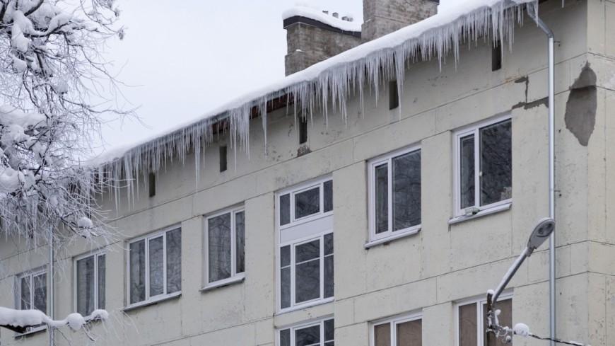 """Фото: Пётр Королёв (МТРК «Мир») """"«Мир 24»"""":http://mir24.tv/, окна, нарва, зимняя нарва, город, зимний город, снег, все в снегу, сосульки, сосульки с крыши, зима, опасно, многоквартирный дом"""