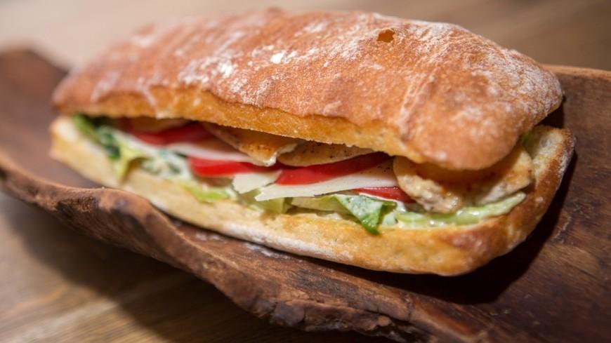 """Фото: Алан Кациев (МТРК «Мир») """"«Мир 24»"""":http://mir24.tv/, хлебобулочные изделия, еда, сэндвич, булка, выпечка, хлеб"""