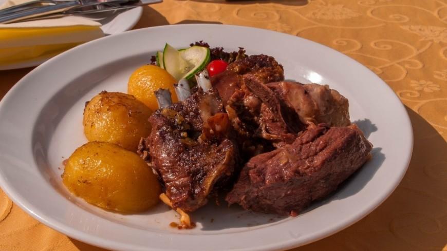 """Фото: Сергей Минеев (МТРК «Мир») """"«Мир 24»"""":http://mir24.tv/, мясо, черногория, будва, еда, картофель, картошка, варить картошку, ребра"""