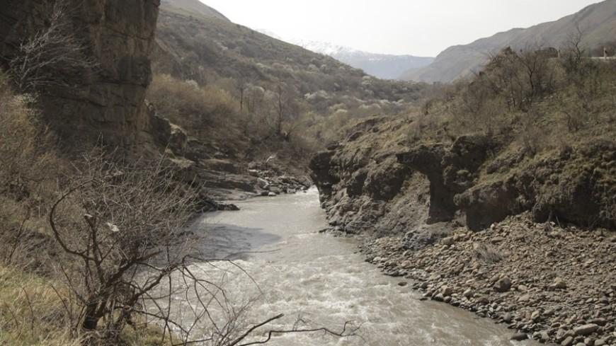 Спасти от паводков: в Таджикистане расчищают русла рек и укрепляют берега