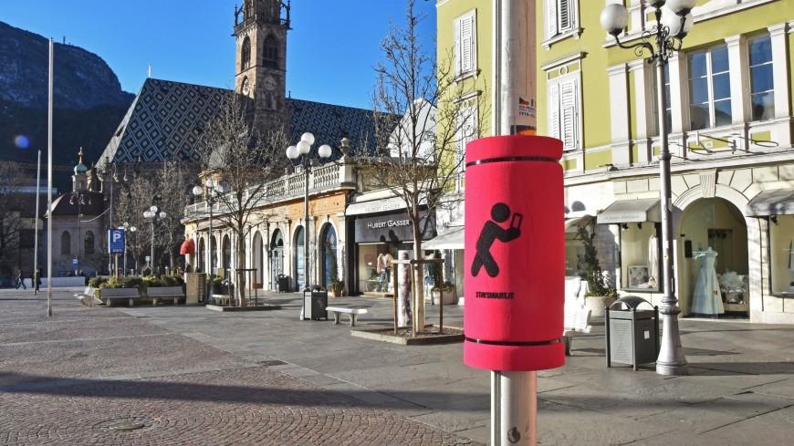 В Италии повесят на столбы подушки для любителей смотреть на улице в телефон