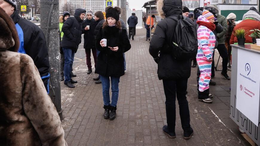 Возле московского метро пассажиров угощают горячим чаем