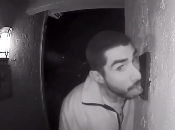 Американец три часа лизал дверной замок и попал на видео