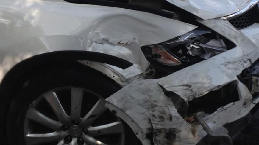 Грузовик сбил десять автомобилей на стоянке в Москве