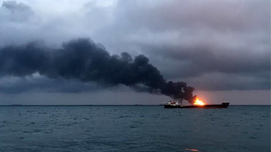 ЧП в Черном море: пожарные почти сутки тушат горящие танкеры с газом