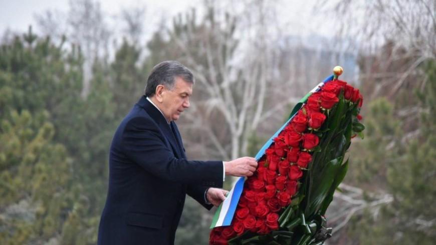 Глава Узбекистана почтил память Ислама Каримова