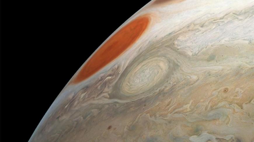 Планета бурь: аппарат Juno прислал снимки штормов на Юпитере