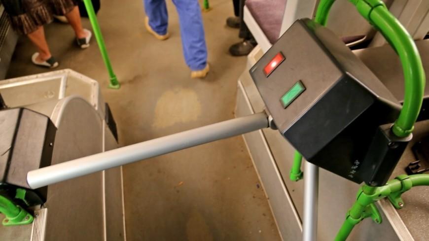 """Фото: Максим Кулачков (МТРК «Мир») """"«Мир 24»"""":http://mir24.tv/, турникет, автобус, общественный транспорт, пассажир"""
