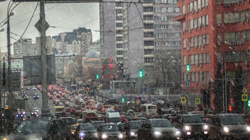 """Фото: Николай Костюшин (МТРК «Мир») """"«Мир 24»"""":http://mir24.tv/, зима, пробки, пробки в москве, пробка, в дороге, дороги москвы, дороги, дорога, дорога зимой, дорога в снегу, снег"""