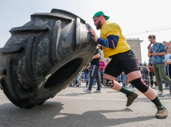 «Богатыри мира» в Петрозаводске на метр сдвинули танк весом в 46 тонн