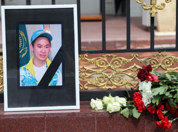 Фигуристы со всего мира почтили память Дениса Тена на льду