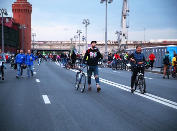 Более 15 тысяч велосипедистов прокатились по ночной Москве (ФОТО)