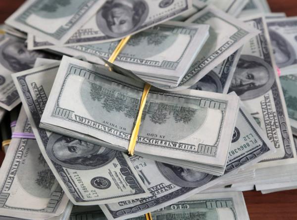 В Америке автомобили на шоссе оказались под долларовым дождем
