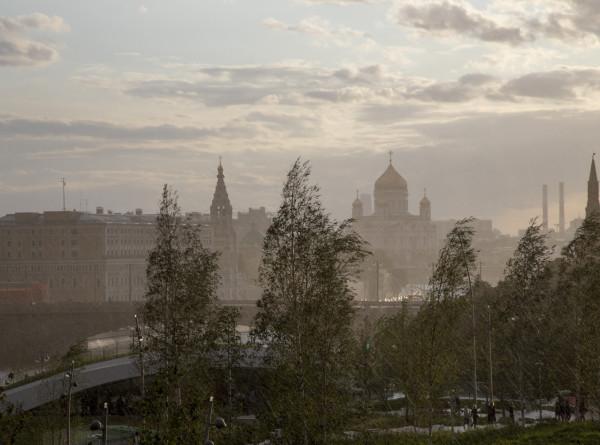 Дожди и сильный ветер: погода в Москве останется «желтой»