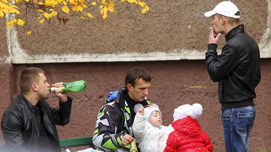 """""""Фото: Виталий Залесский (МТРК «Мир»)"""":http://mir24.tv/, алкоголь, шабаны, белорусь, отцы и дети, дети, мужики, отцы, папы, алкоголик"""