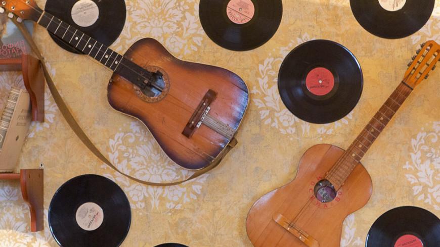 """""""Фото: Алан Кациев (МТРК «Мир»)"""":http://mir24.tv/, музыкальная пластинка, гитара, гитары, пластинки"""