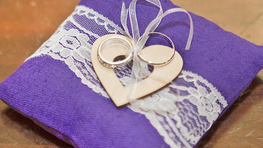 """Фото: Алан Кациев, """"«Мир 24»"""":http://mir24.tv/, свадьба, подушка с кольцами, кольца, брак, семья, бракосочетание"""