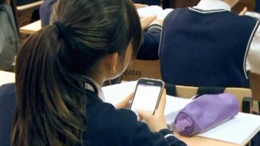 Россияне оценили идею запрета телефонов в школах