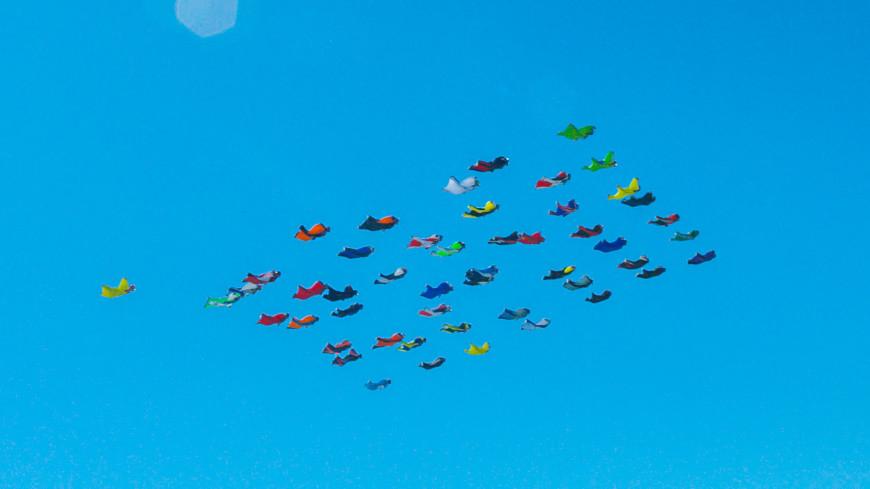 Воздушные акробаты пролетели на вингсьютах над Алматы