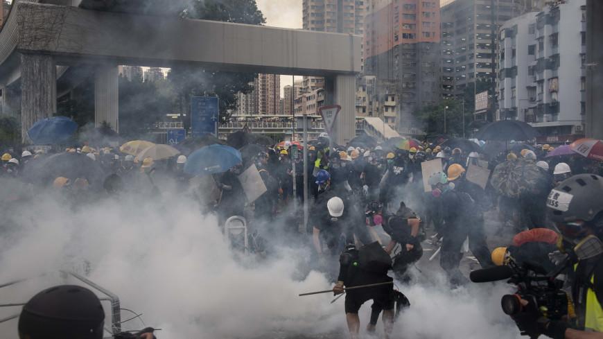 Полиция в Гонконге показала протестующим красный флаг и применила газ