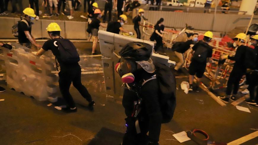 В Гонконге полиция применила против митингующих слезоточивый газ