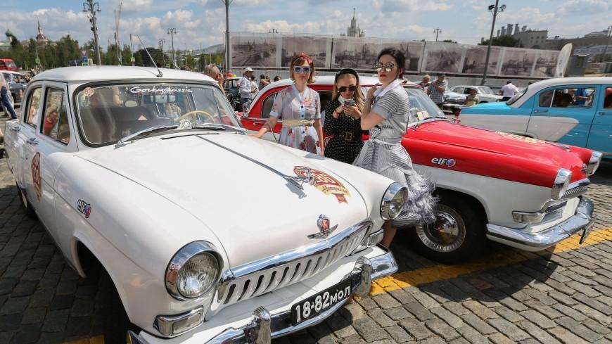 «Волги» и «Чайки» на старте: в Москве устроили ралли раритетных авто