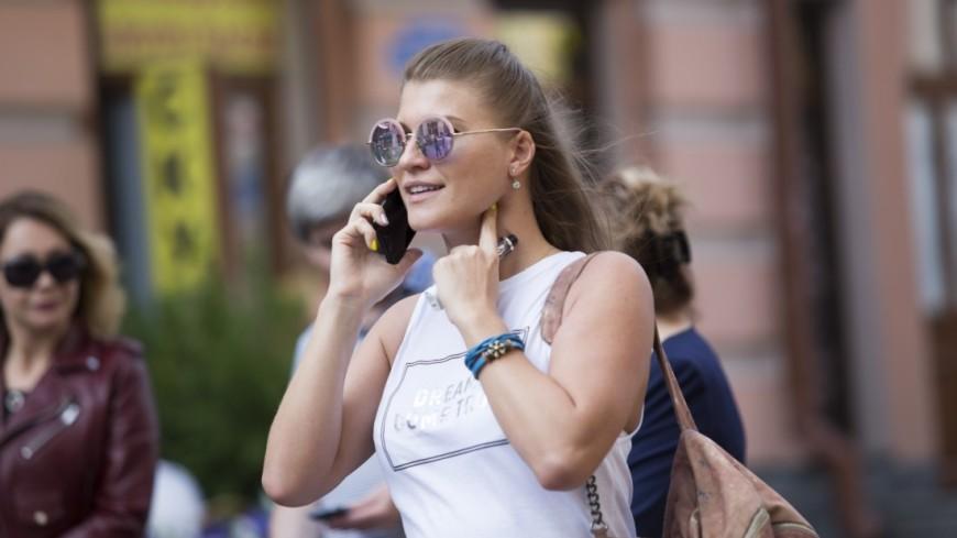 Лица. Девушка разговаривает по мобильному телефону