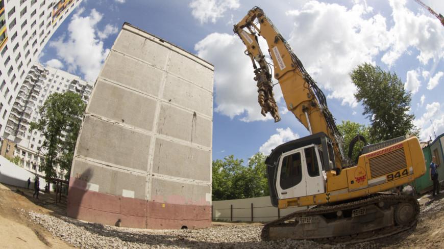 Рабочие перед сносом пятиэтажки,Экскавато,, реновация, хрущевка, рабочий,