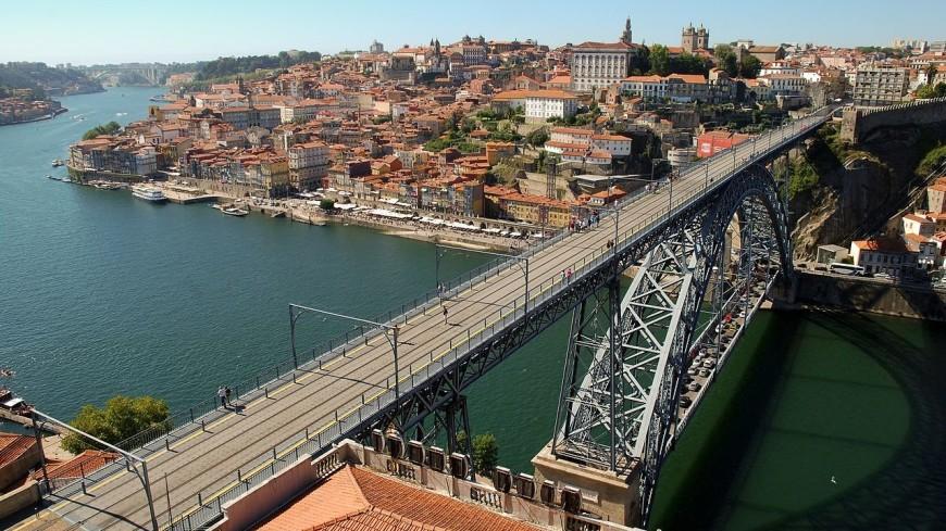 Обнаженная девушка прыгнула с 45-метрового моста в Португалии
